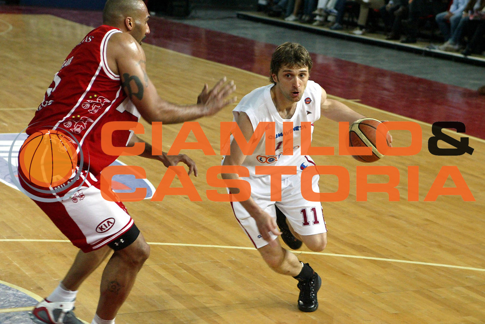 DESCRIZIONE : Roma Lega A1 2005-06 Lottomatica Virtus Roma Armani Jeans Olimpia Milano <br />GIOCATORE : Pesic<br />SQUADRA : Lottomatica Virtus Roma <br />EVENTO : Campionato Lega A1 2005-2006 <br />GARA : Lottomatica Virtus Roma Armani Jeans Olimpia Milano <br />DATA : 14/05/2006 <br />CATEGORIA : Palleggio<br />SPORT : Pallacanestro <br />AUTORE : Agenzia Ciamillo-Castoria/M.D'Annibale