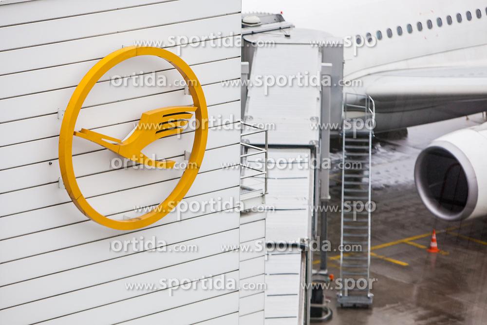 THEMENBILD - Airport Muenchen, Franz Josef Strauß (IATA: MUC, ICAO: EDDM), Der Flughafen Muenchen zählt zu den groessten Drehkreuzen Europas, rund 100 Fluggesellschaften verbinden ihn mit 230 Zielen in 70 Laendern, im Bild Lufthansa Logo am Terminal, dahinter Teil eines Flugzeuges // THEME IMAGE, FEATURE - Airport Munich, Franz Josef Strauss (IATA: MUC, ICAO: EDDM), The airport Munich is one of the largest hubs in Europe, approximately 100 airlines connect it to 230 destinations in 70 countries. picture shows: Lufthansa logo on the terminal, behind part of an aircraft, Munich, Germany on 2012/05/06. EXPA Pictures © 2012, PhotoCredit: EXPA/ Juergen Feichter