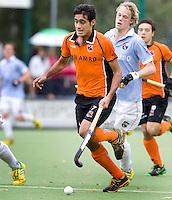 EINDHOVEN - hockey - OZ speler Rizwan  met Tim Jenniskens tijdens de hoofdklasse hockeywedstrijd tussen de mannen van Oranje-Zwart en Bloemendaal (3-3). COPYRIGHT KOEN SUYK