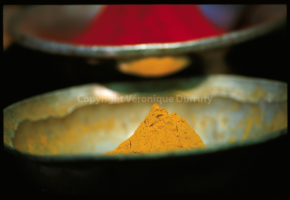 selling colored îweders on Mysore market, India // Vente de pigments sur le marche de Mysore, Inde