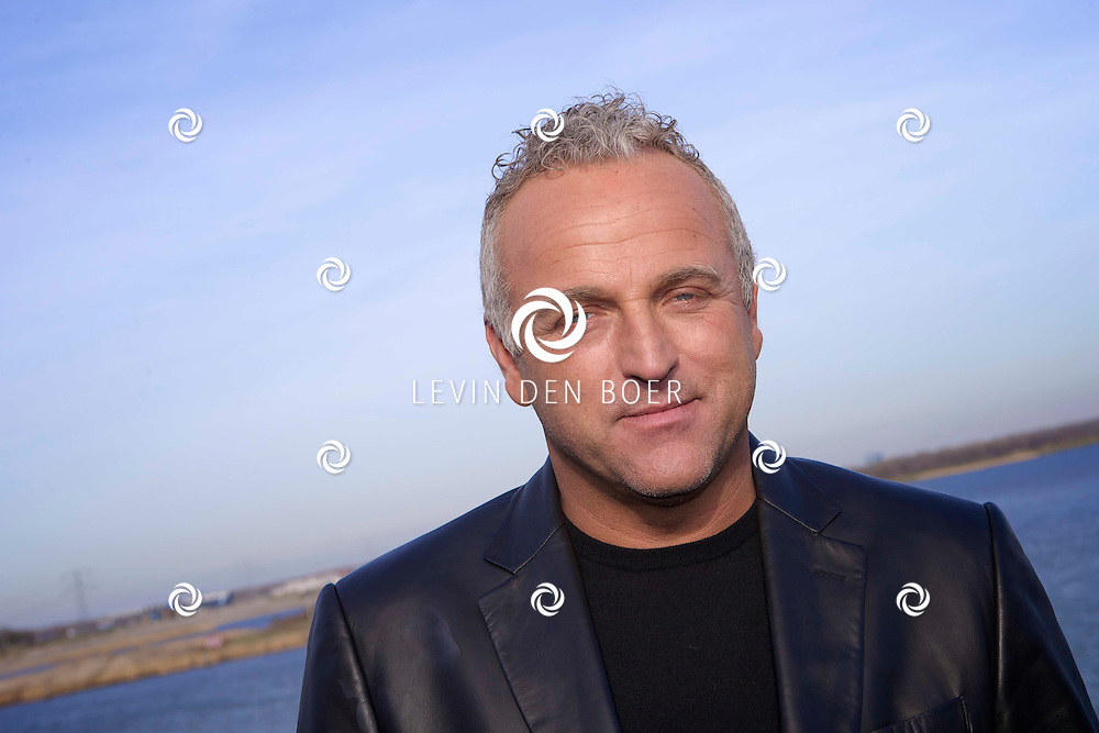 NAARDEN - In de Upperdeck hield Gordon Heuckeroth een perspresentatie over zijn nieuwe RTL programma 'Help onze dochter aan de man'. Met op de foto presentator Gordon Heuckeroth. FOTO LEVIN DEN BOER - PERSFOTO.NU