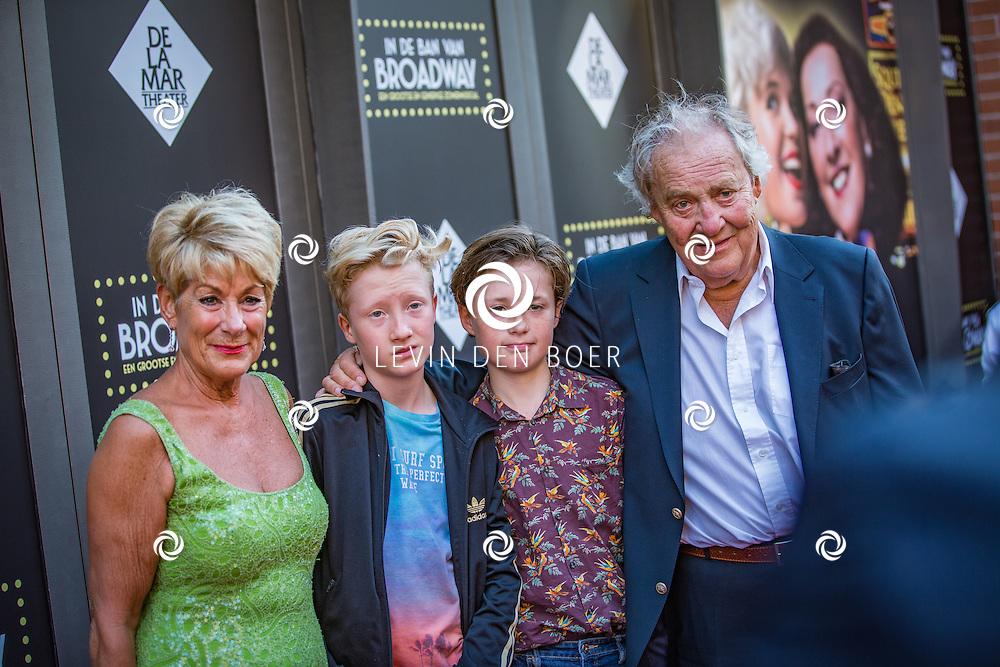 AMSTERDAM - Puck Croiset, Claas Croiset, Joppe Coiset, Jules Croiset op de rode loper voor aanvang van De premiere van de zomermusical In de ban van Broadway in het DeLaMar Theater. FOTO LEVIN & PAULA PHOTOGRAPHY