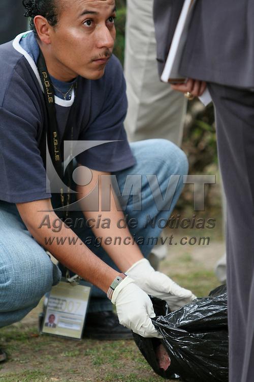 Toluca, Mex.- Ni&ntilde;os de primaria observan en el interior de una bolsa que contenia un feto, el envoltorio fue encontrado por un jardinero de la colonia Universidad. Agencia MVT / Luis Enrique Hernandez V. (DIGITAL)<br /> <br /> <br /> <br /> <br /> <br /> <br /> <br /> NO ARCHIVAR - NO ARCHIVE