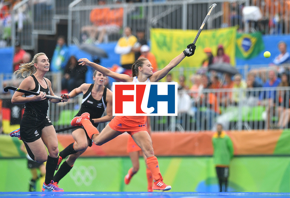 TOPSHOT - Netherlands' Kelly Jonker (R) goes for the ball during the womens's field hockey New Zealand vs Netherlands match of the Rio 2016 Olympics Games at the Olympic Hockey Centre in Rio de Janeiro on August, 12 2016. / AFP / Carl DE SOUZA        (Photo credit should read CARL DE SOUZA/AFP/Getty Images)