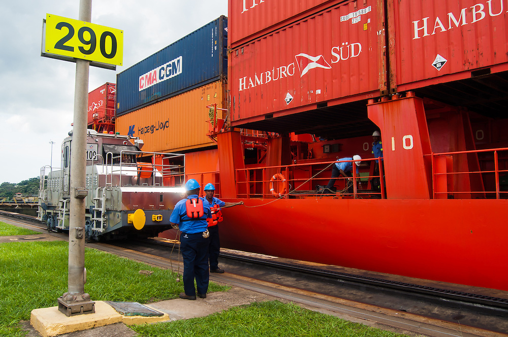 MIRAFLORES LOCKS - THE PANAMA CANAL / ESCLUSAS DE MIRAFLORES - EL CANAL DE PANAMA<br />