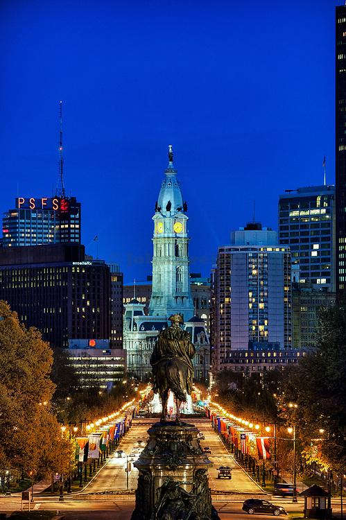 The Washington Monument at Eakins Oval looks to City Hall, Philadelphia, Pennsylvania, USA