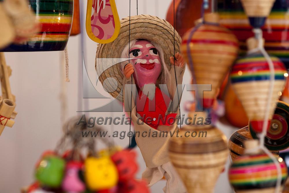 TOLUCA, Mexico.- Marionetas son mostradas en la VI cumbre artesanal bicentenario en la plaza Jose Maria Gonzalez Arratia de esta ciudad. Agencia MVT / Mario Vazquez de la Torre. (DIGITAL)