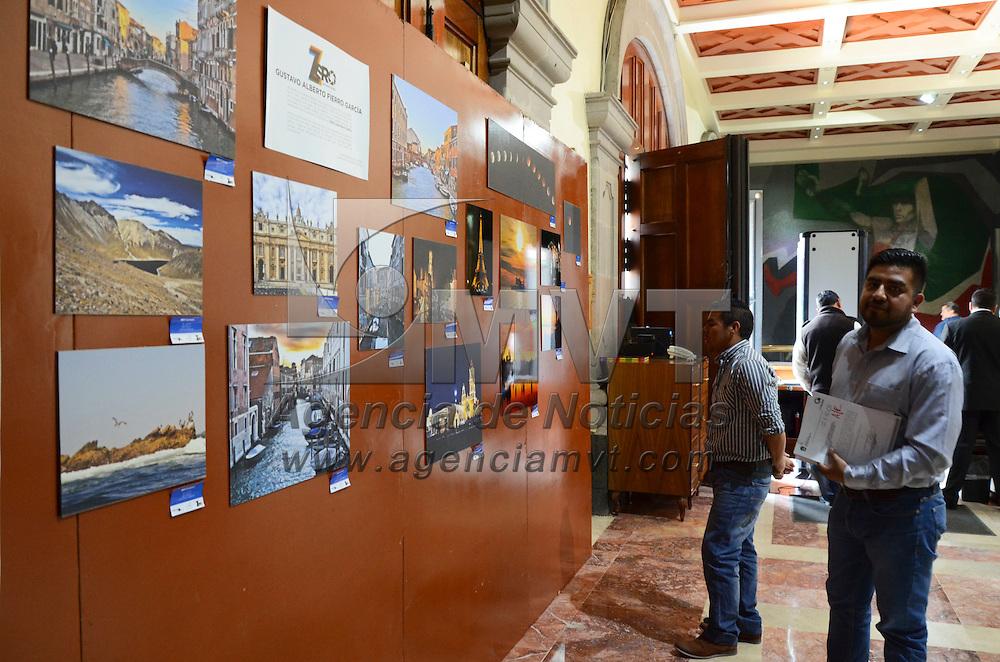 Toluca, México.- Realizada por un colecticvo de 3 fotógrafos, se exhibe en el vestíbulo de la Cámara de diputados la exposición fotográfica 3 visiónes, la cual está conformada por imágenesd de paisajes, retratos y arquitectura principalemente. Agencia MVT / Arturo Hernández.