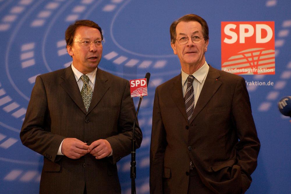 10 FEB 2004, BERLIN/GERMANY:<br /> Klaus Uwe Benneter (L), desig. SPD Generalsekretaer, und Franz Muentefering (R), SPD Fraktionsvorsitzender und desig. SPD Parteivorsitzender, geben ein Pressestatement vor Beginn der SPD Fraktionssitzung, Deutscher Bundestag<br /> IMAGE: 20040210-02-004<br /> KEYWORDS: Franz M&uuml;ntefering