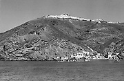 Griekenland, Thira, 25-9-1973Het Griekse eiland Santorini. De haven. Dit eiland was populair bij hippies. Het is ten tijde van het kolonelsregime, 1967- 1973, en er komen weinig toeristen naar Griekenland.Destijds was reizen geenvanzelfsprekendheid voor jongeren. Het was nog niet druk.Het eiland is ontstaan door een vulkaan uitbarstingFoto: Flip Franssen/Hollandse Hoogte