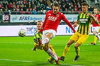 ALKMAAR - 04-12-2015, AZ - ADO Den Haag, AFAS Stadion, 0-1, ADO Den Haag speler Tommie Beugelsdijk, AZ speler Vincent Janssen