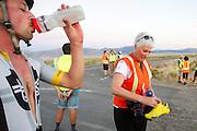 Gareth Hanks tijdens de laatste race. In Battle Mountain (Nevada) wordt ieder jaar de World Human Powered Speed Challenge gehouden. Tijdens deze wedstrijd wordt geprobeerd zo hard mogelijk te fietsen op pure menskracht. Het huidige record staat sinds 2015 op naam van de Canadees Todd Reichert die 139,45 km/h reed. De deelnemers bestaan zowel uit teams van universiteiten als uit hobbyisten. Met de gestroomlijnde fietsen willen ze laten zien wat mogelijk is met menskracht. De speciale ligfietsen kunnen gezien worden als de Formule 1 van het fietsen. De kennis die wordt opgedaan wordt ook gebruikt om duurzaam vervoer verder te ontwikkelen.<br /> <br /> In Battle Mountain (Nevada) each year the World Human Powered Speed Challenge is held. During this race they try to ride on pure manpower as hard as possible. Since 2015 the Canadian Todd Reichert is record holder with a speed of 136,45 km/h. The participants consist of both teams from universities and from hobbyists. With the sleek bikes they want to show what is possible with human power. The special recumbent bicycles can be seen as the Formula 1 of the bicycle. The knowledge gained is also used to develop sustainable transport.