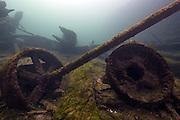 Artefact dans le champs de débris de l'épave. | Artefact found in wreck debris.