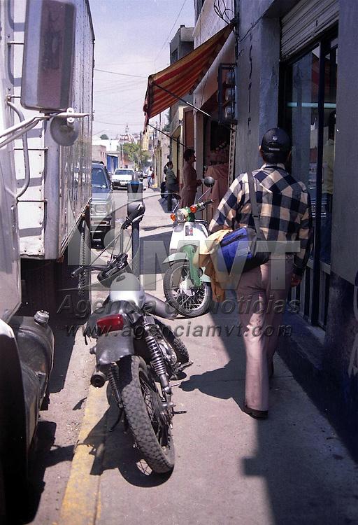 Toluca, M&eacute;x.- A falta de estacionamiento estos vehiculos obstruyen el paso peatonal. Agencia MVT / Marure. (FILM)<br /><br />NO ARCHIVAR - NO ARCHIVE
