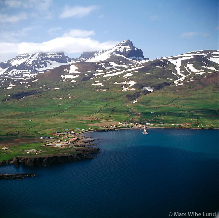 Ós t.v.,Borgarfjörður eystri séð til suðvesturs. Dyrfjöll í baksýni. Borgarfjarðarhreppur / Os left and Borgarfjordur eystri viewing southwest. Mount Dyrfjoll in background. Borgarfjardarhreppur.