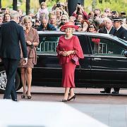 NLD/Amsterdam/20120922 - Koningin Beatrix opent het Vernieuwde Stedelijk Museum , Aankomst Koningin Beatrix en Prinses Laurentien