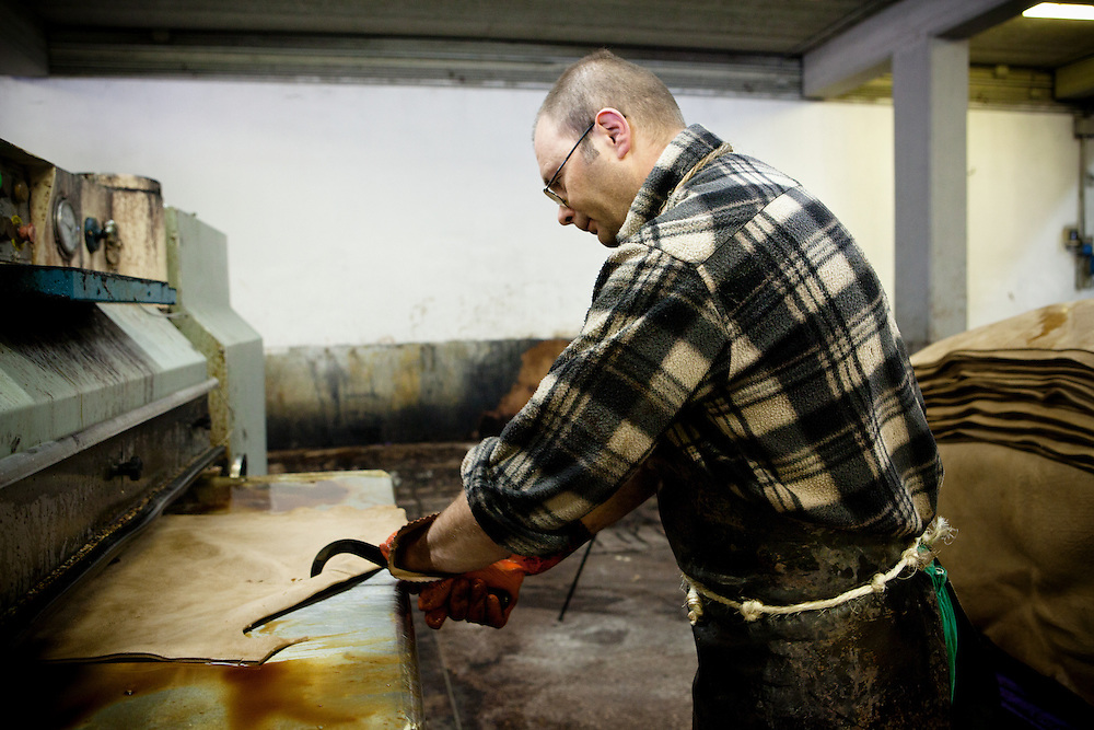 Ponte a Egola, Italy. Gi Elle Emme tannery..Pressing.