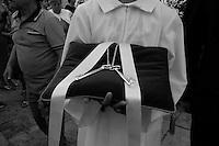 Questo giovane chirichetto porta con sè le chiavi del paese da offrire alla santa protettrice del paese per aver salvato la popolazione dal terremoto del 1700 circa. La foto è stata scattata durante la processione della Madonna del Carmine il 15-07-2010 a Mesagne (Br).