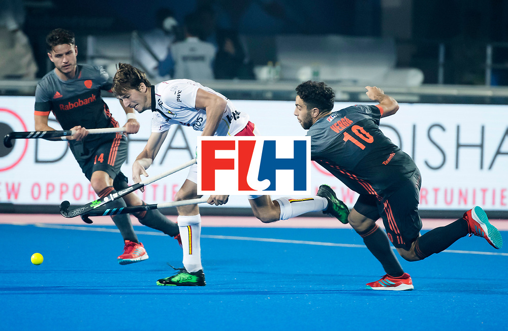 BHUBANESWAR - Valentin Verga (Ned) probeert Antoine Kina (Bel) te stoppen  tijdens de Hockey World League Final wedstrijd Belgie-Nederland (3-0). links Robbert Kemperman (Ned).  COPYRIGHT KOEN SUYK