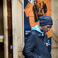 """Nederland, Amsterdam , 28 augustus 2011..Het laatste weekend van Zomer in de Tolhuistuin staat in het teken van Afrika. We laten een beeld zien van het Afrika van nu, zonder te vervallen in clichés. De focus ligt op 'Afropolitans': een nieuwe generatie wereldburgers, opgegroeid in Europa maar artistiek geworteld in Afrika. Hun muziek enlifestyleis een versmelting van de westerse wereld met invloeden uit Afrika en de Afrikaanse diaspora. Rechtstreeks uit de sixties platenbak van pa en ma of opgedolven van internet uit het Afrika van nu. De mix zit 'm in gemengde genen maar vooral in de rijkdom aan invloeden van die werelden: Amsterdams accent, Afrikaans ethos, academisch succes, vintage London fashion stijl en galgenhumor van Oma. Afropolitans vermijden categorieën als zwart, wit of gemixt. Ze definiëren zichzelf liever met wat ze doen, behoren tot verschillende werelden, hebben niet een maar verschillende identiteiten. Ze vinden zichzelf steeds opnieuw uit door middel van muziek, multidisciplinaire kunst, literatuur en eigen netwerken wereldwijd..De line-up van Doin' it in the park is een afspiegeling van de variatie aan Afropolitans. Hoofdact isCongolees/Belgische rapper en Afripolitan pur sangBaloji met zijn Orchestre de la Katuba. Geboren in Congo en opgegroeid in België omschrijft hij zichzelf als een 'Afropean'.""""Over there, I don't feel totally Congolese and here, I don't feel particularly Belgian. .Op de foto Baloji..A musical festival weekend in Amsterdam: """"AfroPolitans, a new generation of global citizens, educated in Europe but artistically rooted in Africa. Their music and lifestyle is a fusion of the western world with influences from Africa and the African Diaspora."""