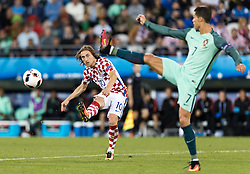 25.06.2016, Stade Bollaert Delelis, Lens, FRA, UEFA Euro 2016, Kroatien vs Portugal, Achtelfinale, im Bild Luka Modric (CRO), Cristiano Ronaldo (POR) // Luka Modric (CRO), Cristiano Ronaldo (POR) during round of 16 match between Croatia and Portugal of the UEFA EURO 2016 France at the Stade Bollaert Delelis in Lens, France on 2016/06/25. EXPA Pictures © 2016, PhotoCredit: EXPA/ JFK