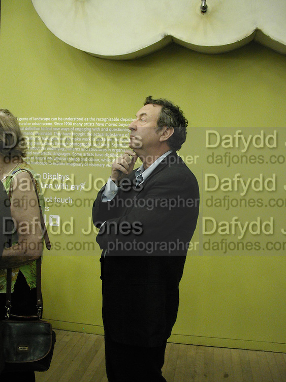 Nick Mason. Reception at the Tate Modern  to celebrate the first anniversary. 10 May 2001. © Copyright Photograph by Dafydd Jones 66 Stockwell Park Rd. London SW9 0DA Tel 020 7733 0108 www.dafjones.com