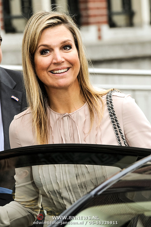 Koningin Maxima bezoekt Nibud Jubileumcongres in haar functie van erevoorzitter van platform Wijzer in geldzaken. Het Nibud bestaat 35 jaar en organiseert daarom een jubileumcongres dat in het teken staat van het financiële gedrag van de consument. <br /> <br /> Queen Maxima visits Nibud Jubilee Congress in its role as president of platform Wiser in money matters. Nibud exists 35 years and organizes an anniversary conference which will focus on the financial behavior of consumers.<br /> <br /> op de foto / On the photo:  Maxima