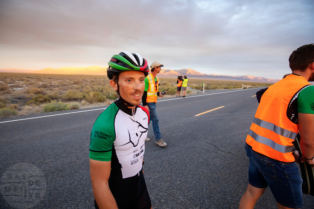 De vierde racedag. In Battle Mountain (Nevada) wordt ieder jaar de World Human Powered Speed Challenge gehouden. Tijdens deze wedstrijd wordt geprobeerd zo hard mogelijk te fietsen op pure menskracht. De deelnemers bestaan zowel uit teams van universiteiten als uit hobbyisten. Met de gestroomlijnde fietsen willen ze laten zien wat mogelijk is met menskracht.<br /> <br /> In Battle Mountain (Nevada) each year the World Human Powered Speed ​​Challenge is held. During this race they try to ride on pure manpower as hard as possible.The participants consist of both teams from universities and from hobbyists. With the sleek bikes they want to show what is possible with human power.