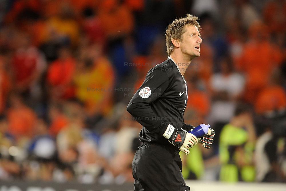 21-06-2008 VOETBAL: EURO 2008 NEDERLAND - RUSLAND: BASEL<br /> Nederland verliest in de verlenging met 3-1 van Rusland / Edwin van der Sar<br /> &copy;2008-WWW.FOTOHOOGENDOORN.NL