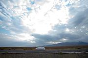 De Beagle is onderweg. Op maandagochtend worden de kwalificaties gehouden. In Battle Mountain (Nevada) wordt ieder jaar de World Human Powered Speed Challenge gehouden. Tijdens deze wedstrijd wordt geprobeerd zo hard mogelijk te fietsen op pure menskracht. Ze halen snelheden tot 133 km/h. De deelnemers bestaan zowel uit teams van universiteiten als uit hobbyisten. Met de gestroomlijnde fietsen willen ze laten zien wat mogelijk is met menskracht. De speciale ligfietsen kunnen gezien worden als de Formule 1 van het fietsen. De kennis die wordt opgedaan wordt ook gebruikt om duurzaam vervoer verder te ontwikkelen.<br /> <br /> In Battle Mountain (Nevada) each year the World Human Powered Speed Challenge is held. During this race they try to ride on pure manpower as hard as possible. Speeds up to 133 km/h are reached. The participants consist of both teams from universities and from hobbyists. With the sleek bikes they want to show what is possible with human power. The special recumbent bicycles can be seen as the Formula 1 of the bicycle. The knowledge gained is also used to develop sustainable transport.