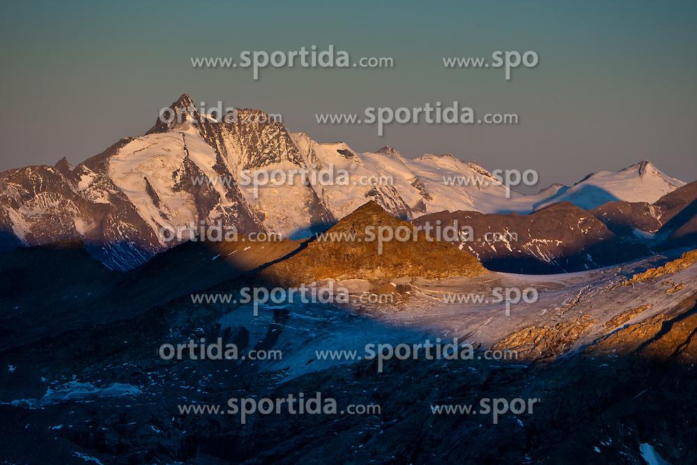 THEMENBILD - Sonnenaufgang am Grossglockner 3.798m rechts davon die Glocknerwand, Aufgenommen am Mölltaler Gletscher in Flattach, Kärtnen, Österreich am 04.10.2011 // Sunrise on the Grossglockner (3.798m) at Moelltaler glacier in Flattach, Carinthia, Austria on 4/10/2011. EXPA Pictures © 2011, PhotoCredit: EXPA/ J. Groder