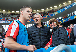 14.06.2016, Stade de Bordeaux, Bordeaux, FRA, UEFA Euro, Frankreich, Oesterreich vs Ungarn, Gruppe F, im Bild Kevin Wimmer (AUT) bei seinen Eltern // Kevin Wimmer (AUT) during Group F match between Austria and Hungary of the UEFA EURO 2016 France at the Stade de Bordeaux in Bordeaux, France on 2016/06/14. EXPA Pictures © 2016, PhotoCredit: EXPA/ JFK