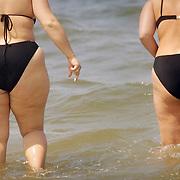 Nederland Renesse .Zwaarlijvige dames nemen een duik in zee  .Foto David Rozing