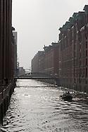 Die Speicherstadt in Hamburg ist der größte auf Eichenpfählen gegründete Lagerhauskomplex der Welt