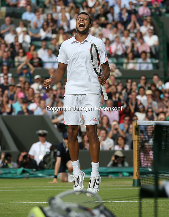 Wimbledon Championships 2012 AELTC,London,.ITF Grand Slam Tennis Tournament,.Jo-Wilfried Tsonga (FRA) springt hoch und jubelt nach seinem Sieg,Jubel,Freude,Emotion,Einzelbild,Ganzkoerper,Hochformat,