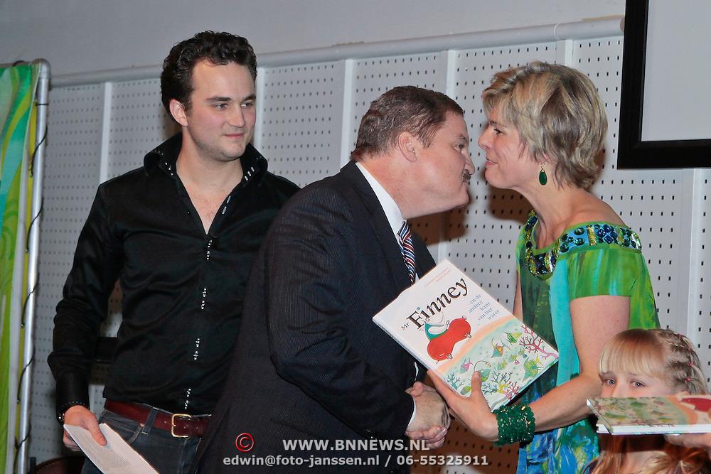 NLD/Rotterdam/20110202 - Boekpresentatie Mr. Finney door pr. Laurentien, word gekust door Mike Eman, minster president van Aruba