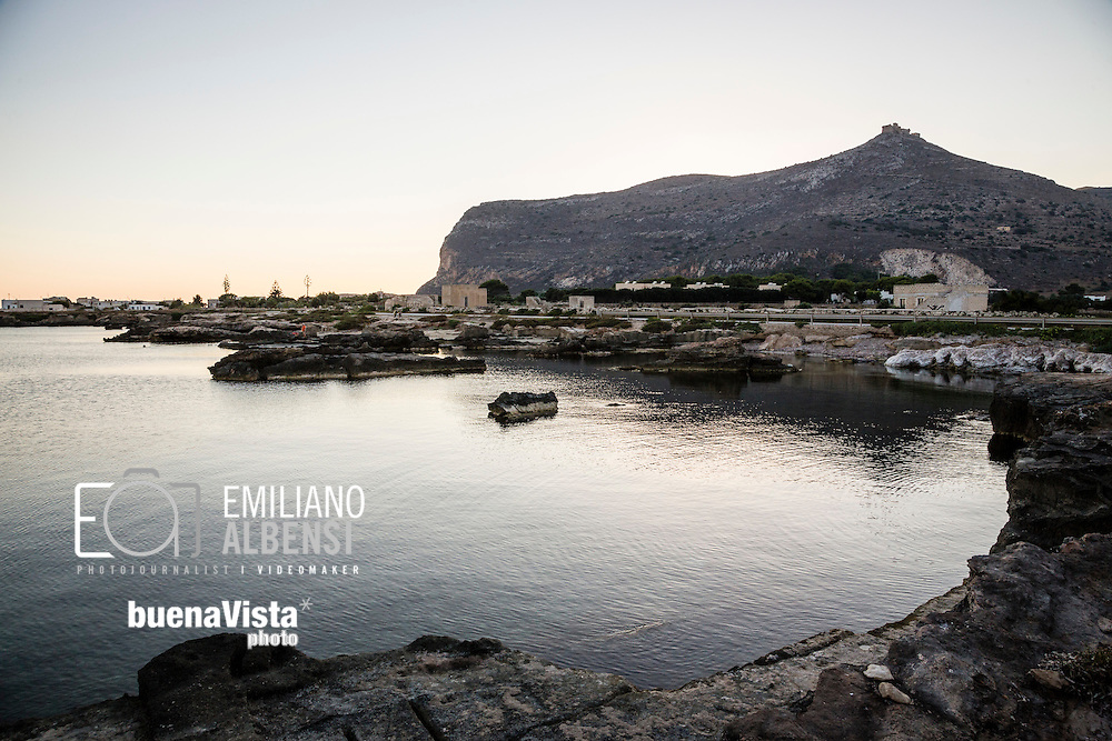 Favignana, Sicilia, Italia, 2016<br /> La zona di Calamoni, caratterizzata da calette sabbiose e scogli piatti.<br /> <br /> Favignana, Sicily, Italy, 2016<br /> The Calamoni area, famous for its sandy coves and flat rocks .
