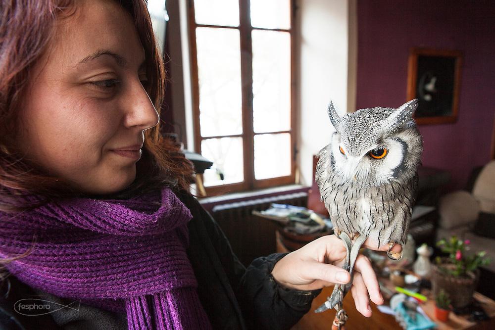 Traversetolo (Parma) - Diletta Bianchini (29), falconiera da 3 anni, da quando, dopo aver letto un annuncio sul giornale decise di fare un corso e iniziare a lavorare presso un falconiere locale. Nella foto con Edvige.