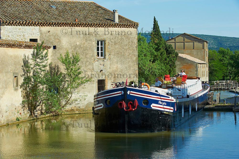 France, Aude (11), écluse de Trèbes, Canal du Midi, classé Patrimoine Mondial de l'UNESCO, la péniche hôtel Alegria // France, Languedoc-Roussillon, Aude (11), Canal du Midi, lock of Trebes, barge hotel Alegria