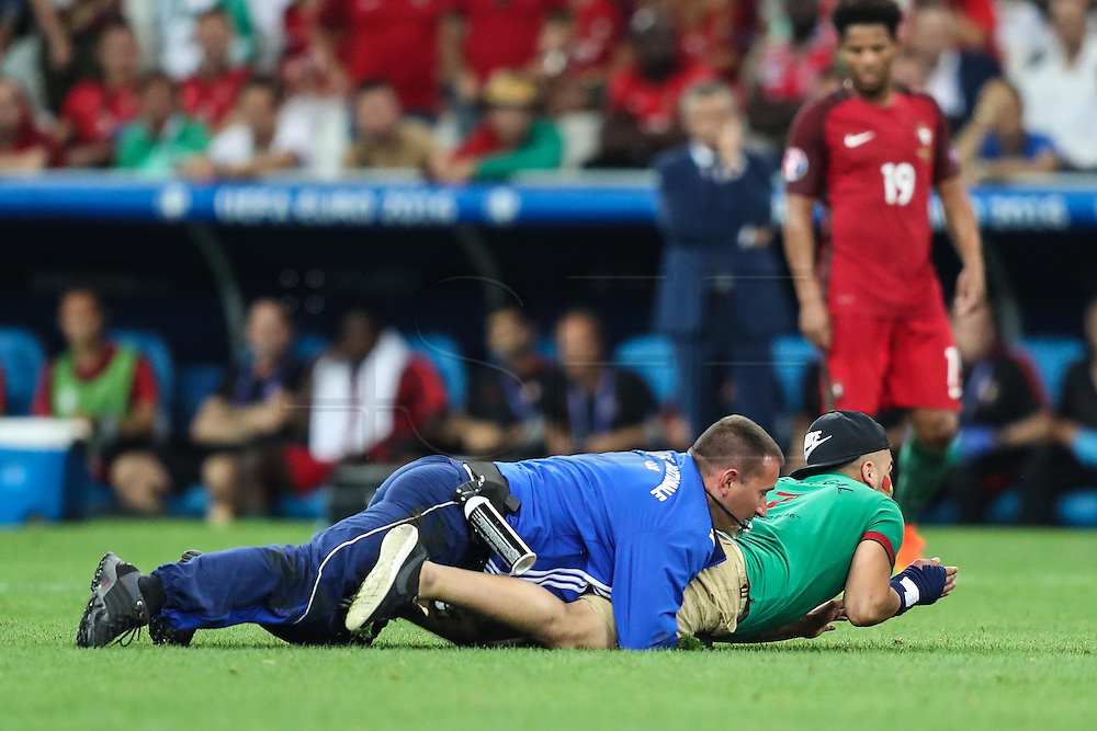 MARSELHA, FRANÇA, 30.06.2016 - PORTUGAL-POLONIA - Torcedor invade campo em partida entre Portugal e Polonia válida pelas quartas de final da Eurocopa 2016, no Estádio Velodrome, em Marselha, nesta quinta-feira (30).