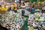 Chatuchak Sunday Market. Porcelaine shop.