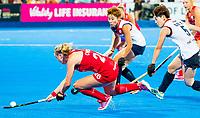 Londen - Lily Owsley (Eng) met Yurim Lee (Kor)  tijdens de cross over wedstrijd Engeland-Korea (2-0) bij het WK Hockey 2018 in Londen.    COPYRIGHT KOEN SUYK