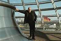 02 SEP 1999, BERLIN/GERMANY:<br /> Rezzo Schlauch, B90/Grüne Fraktionsvorsitzender, in der Glasskuppel des Reichstagsgebäudes<br /> Rezzo Schlauch, Chairman of the Green parliamentary group, into the glass dome of the Reichstag<br /> IMAGE: 19990902-01/04-32