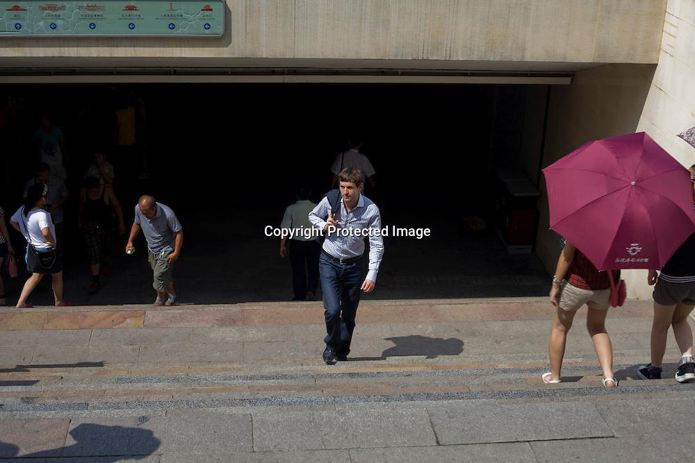 BEIJING, AUG.3, 2012 : Stararchitekt Ole Scheeren kommt aus einem Underpass beim Tiananmen Platz heraus.
