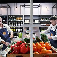 Nederland, Amsterdam , 13 februari 2013..Bilder en de Clercq..Begin februari opent een nieuw foodinitiatief in Nederland zijn deuren: Bilder & De Clercq. Een winkel ingericht naar gerechten, waarbij alle ingrediënten in de juiste hoeveelheid voor één of twee personen worden aangeboden...Op de hoek van de Bilderdijkstraat en de De Clercqstraat in Amsterdam kunnen bezoekers terecht voor een wekelijks variërend aanbod op de veertien recepttafels, zo valt te lezen op Chef's Magazine..Op de foto oprichters Diederik van Gelder (l) en Rogier Leopold..Foto:Jean-Pierre Jans
