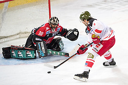 16.09.2016, Tiroler Wasserkraft Arena, Innsbruck, AUT, EBEL, HC TWK Innsbruck Die Haie vs HCB Suedtirol Alperia, 1. Runde, im Bild v.l. Andy Chiodo (HCI), Nick Palmieri (Bozen) // v.l. Andy Chiodo (HCI) Nick Palmieri (Bozen) during the Erste Bank Icehockey League 1st Round match between HC TWK Innsbruck Die Haie and HCB Suedtirol Alperia at the Tiroler Wasserkraft Arena in Innsbruck, Austria on 2016/09/16. EXPA Pictures © 2016, PhotoCredit: EXPA/ Johann Groder