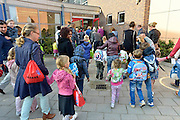 Nederland, Beek Ubbergen, 25-8-2014In Zuid Nederland zijn de scholen weer begonnen. Op basisschool de Biezenkamp worden de leerlingen door de meesters en juffen welkom geheten door het zingen van een welkomslied op het schoolplein.FOTO: FLIP FRANSSEN/ HOLLANDSE HOOGTE