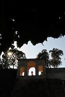 Loggia di Cleopatra , costruita sulle mura aureliane, si svolgerà nel 2009 e 2010 e prevede il restauro degli intonaci, del soffitto acassettoni e dei basso-rilievi antichi inseriti nel le pareti laterali. Quattro di questi, che rappresentano delle siepi di foglie di acanto, sono uno dei più begli esempi di scultura ornamentale del I secolo dopo Cristo. Celeberrimi durante il Rinascimento, ispiraronopersino l'arredamento delle logge di Raffaello al Vaticano,e Ferdinando de' Medici li espose nel vestibolo d'onoredella Villa finché, nel Settecento, non furono spostati nella loro collocazione attuale. Il restauro dovrà dunque riuscire a salvare questi preziosi basso-rilievi, che sono attualmente esposti all'inquinamento causato dalla strada a scorrimento rapidosottostante. A questo scopo è stato commissionato uno studiosul loro stato di conservazione che permetterà di definire le soluzioni più adeguate. La statua al centro,che sostituisce l'Arianna addormentata (trasferitaa Firenze con tutta la collezione di Ferdinando de'Medici) è una copia antica della Venere di Cnido, la cui testa è stata rubata nel 1983