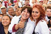 Asistentes a un mitin en Neza se agolpan en torno a Delfina Gómez.