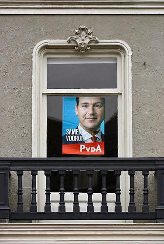 Nederland, the Netherlands, Doesburg, 20-2-2017Een verkiezingsaffiche met het portret van Lodewijk Asscher hangt achter een raam van een huis. Ascher is lijsttrekker voor de linkse, sociaal democratische partij PVDA.Foto: Flip Franssen